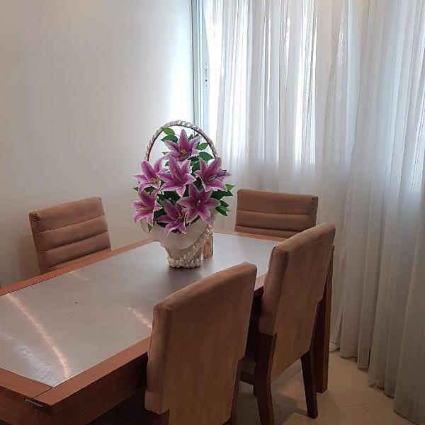 Mesa de jantar / 06 lugares / fino acabamento / madeira