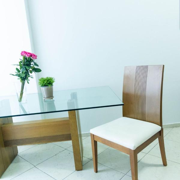 Mesa de jantar com tampo de vidro + 4 cadeiras - imperdível