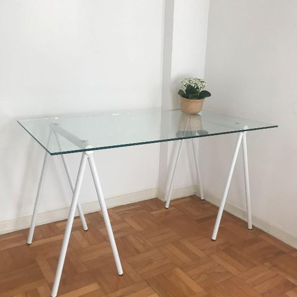 Mesa de vidro com cavaletes tok stok