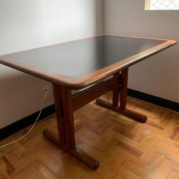 Mesa para escritório perfeita em madeira e fórmica preta