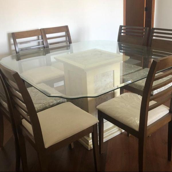 Conjunto mesa de jantar e sete cadeiras