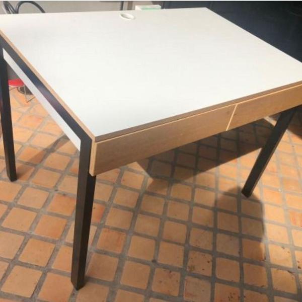 Escrivaninha/ mesa de escritorio com gavetas