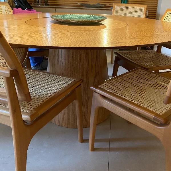 Linda mesa de madeira com tampo giratório