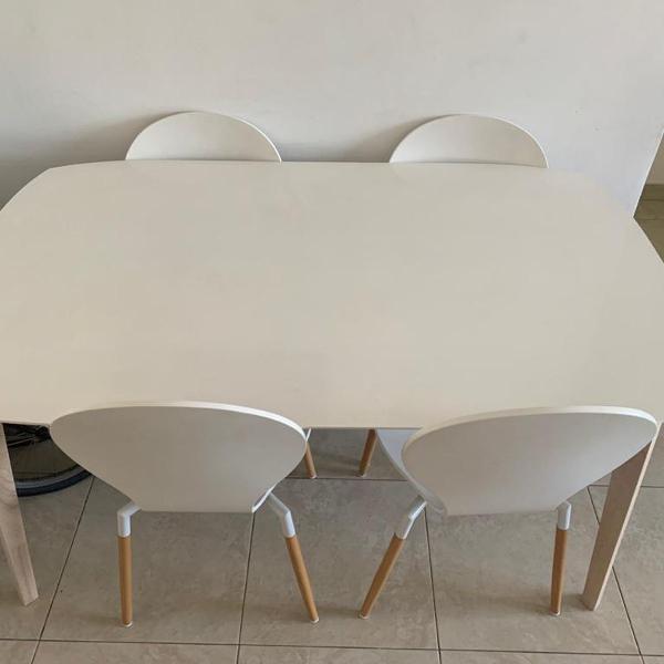 Mesa branca (sem cadeiras)