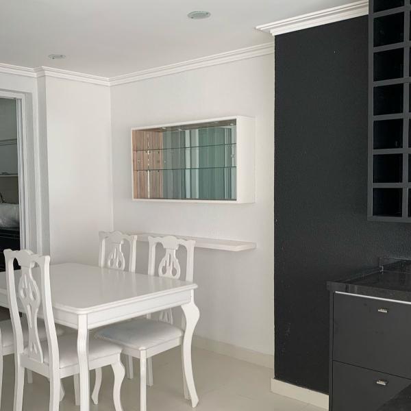 Mesa com 4 cadeiras e estante de vidro laqueada branco