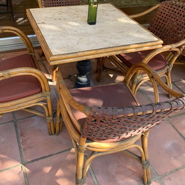 Mesa com tampo de mármore, pé de ferro e quatro cadeiras
