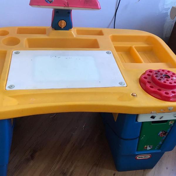 Mesa escrivaninha infantil com luminária e gavetas