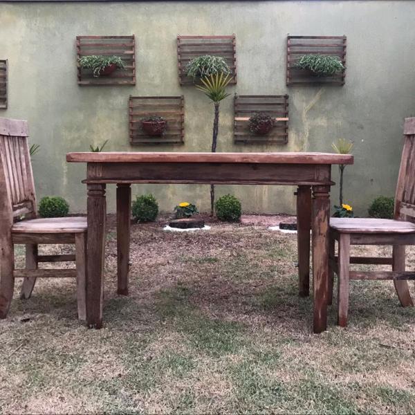 Mesa (rústica) de madeira com 2 cadeiras
