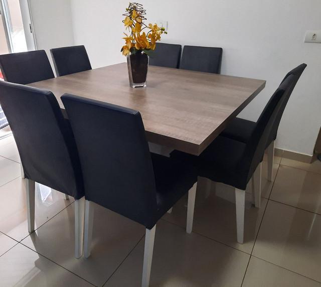 Mesa de madeira maciça com 8 cadeiras de tecido corino