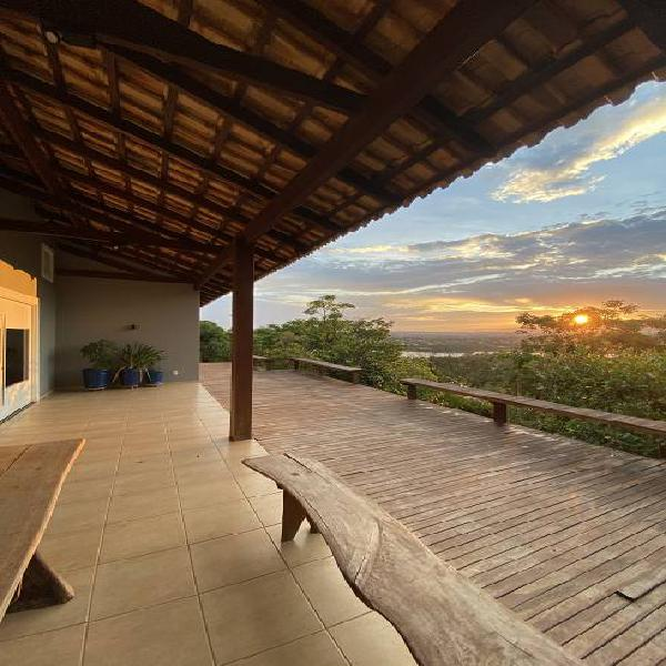 Casa térrea contemporânea em meio à natureza, 300m2, à