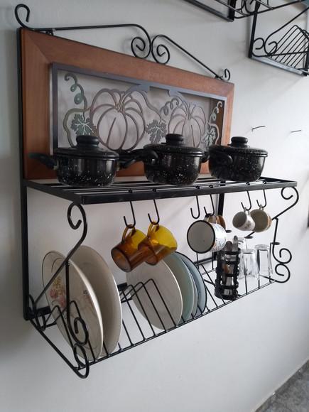 Paneleiro escorredor de vasilhames em madeira e ferro