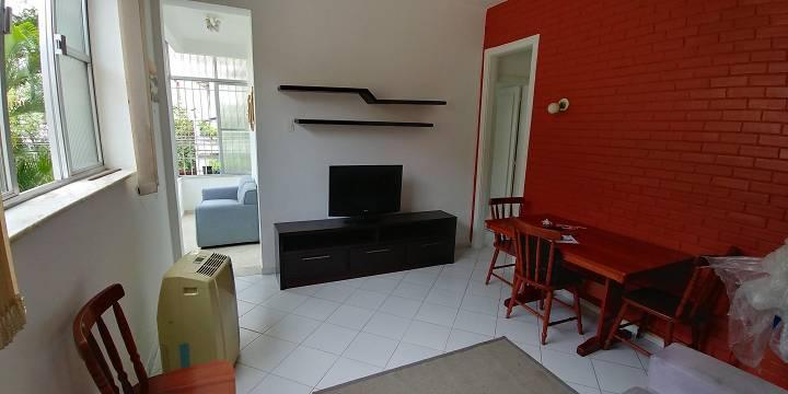 Apartamento mobiliado, com sala, varanda, dois quartos (uma