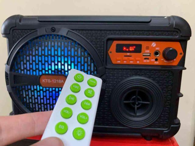 Caixa de som com bluetooth, microfone e karaokê