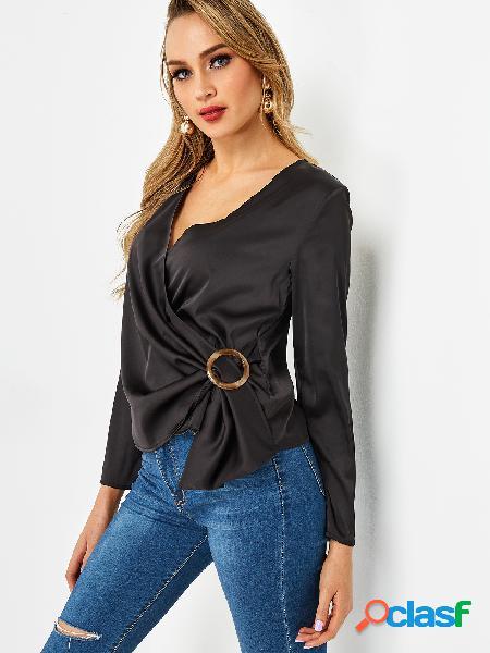 Blusa de manga comprida com gola cruzada preta com decote em v profundo e fivela circular