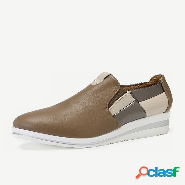 Sapatos casuais femininos de tamanho grande, que andam com o dedo do pé pontiagudo, com salto em cunha