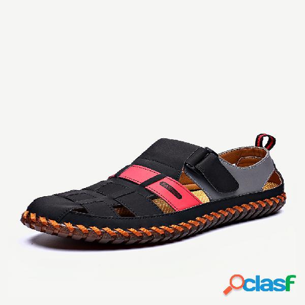 Sandálias masculinas de couro fechado com costura à mão e estilo tecido