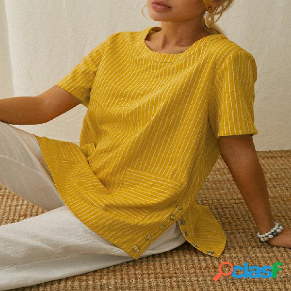 Blusa listrada com decote em o, botão lateral dividido, manga curta e bolso