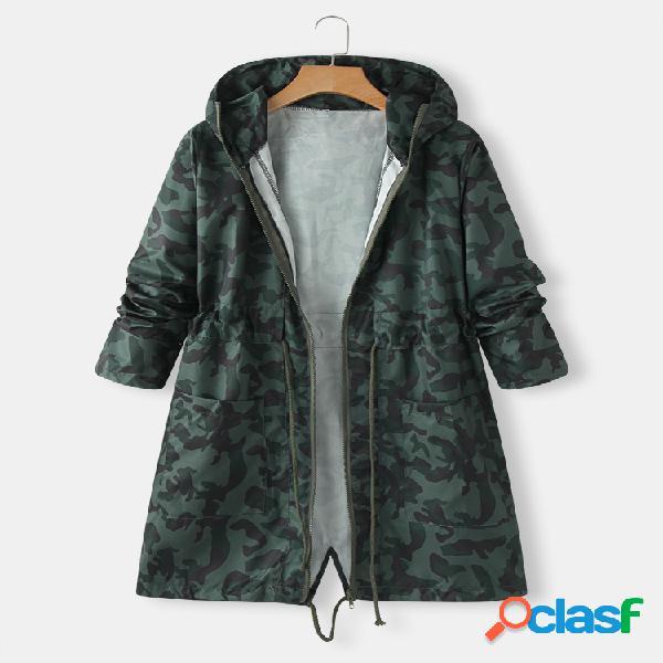 Jaqueta com capuz e cordão estampado camuflagem com bolso