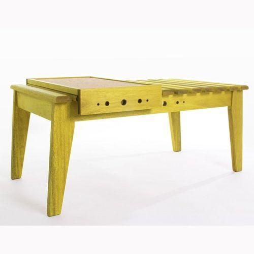 Mesa de centro com bandeja m/u00e3o e form/u00e3o amarelo