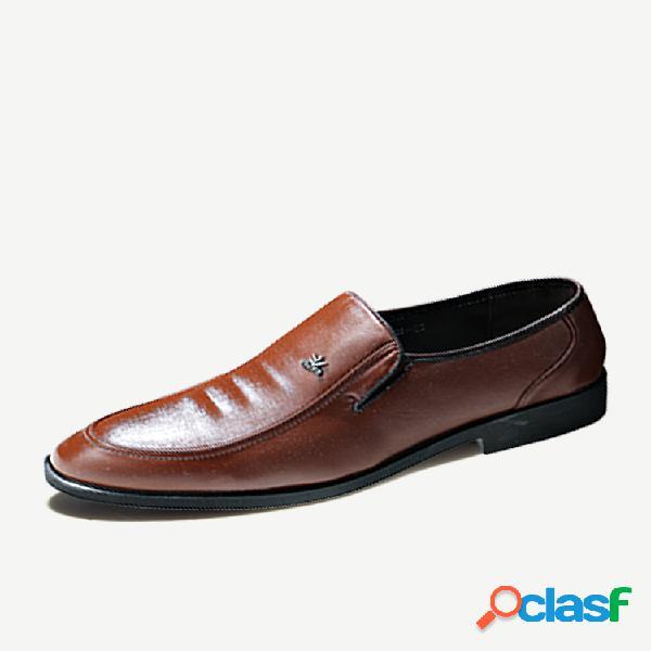 Deslizamento de couro pu de cor pura masculina em sapatos formais de negócios casuais