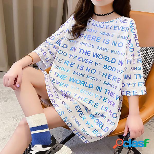 Camiseta feminina de manga curta estampada em letras grandes