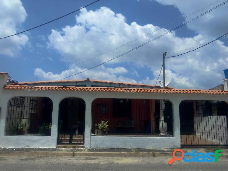 Amplia casa de una sola planta en la urbanización fundación mendoz