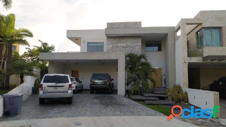 En venta imponente casa amoblada y equipada en lomas del country