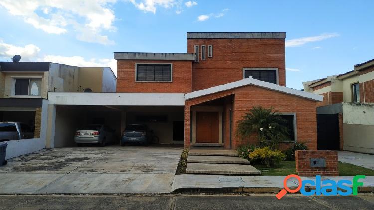 Amplia y cómoda casa en venta en lomas del country