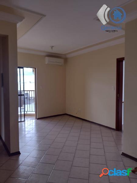 Apartamento espaçoso com armários na cozinha em ótima localização