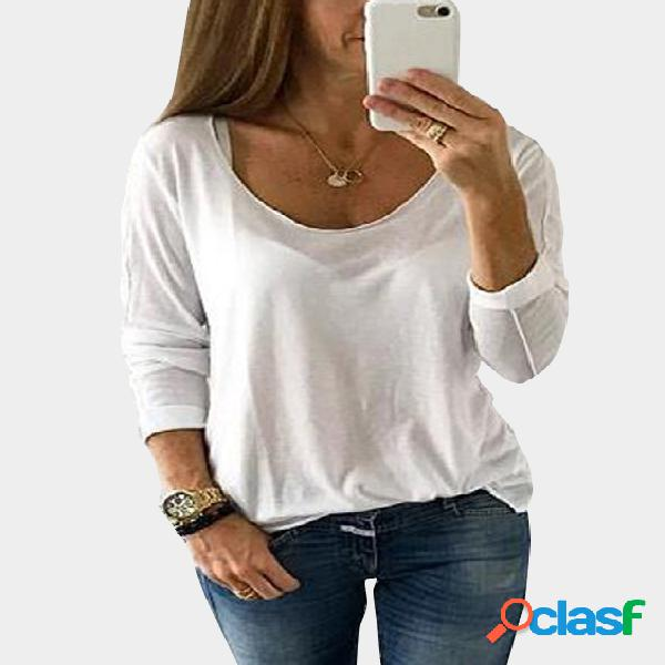 Camiseta branca de mangas compridas com decote redondo e meia transparente