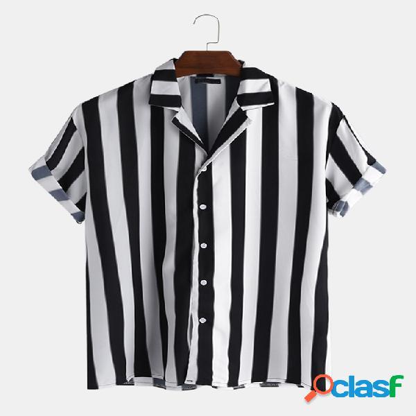 Homem listrado com decote em v com botão para baixo manga curta camisa