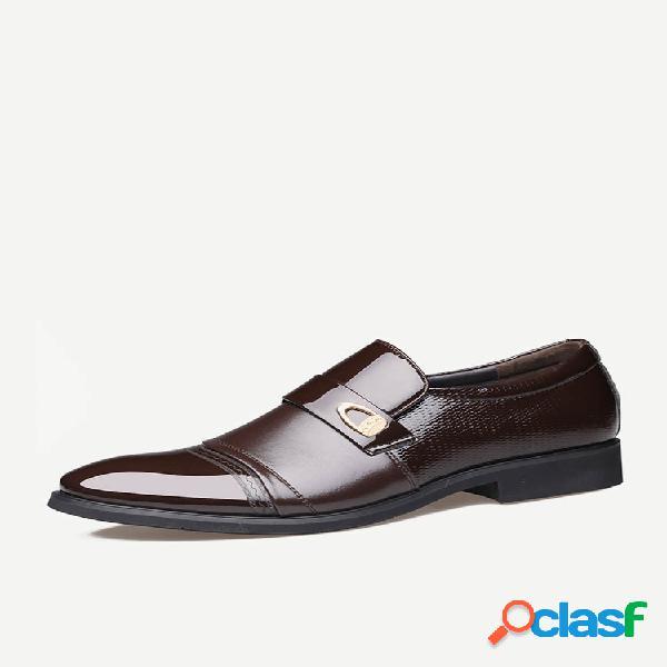 Homem elegante gorro dedo do pé deslizado em sapatos formais de negócios