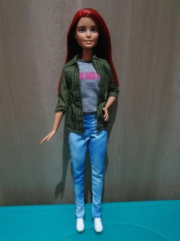 Vendo barbie original com mechas vermelhas.