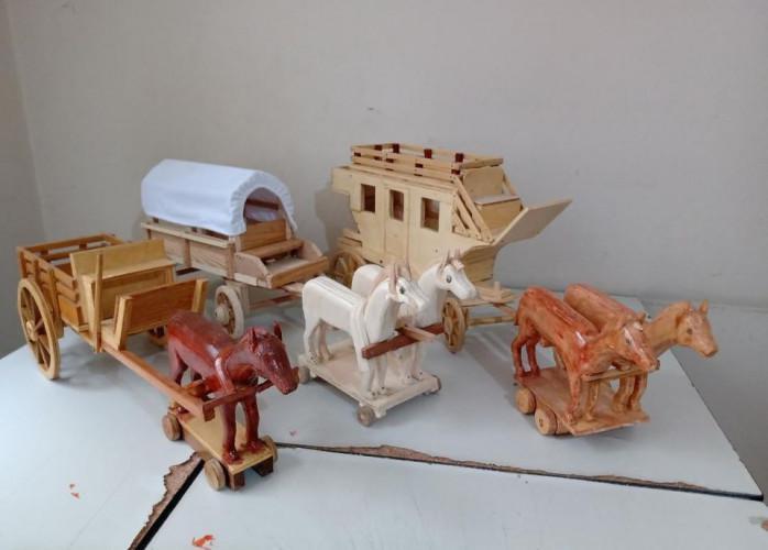Enfeites de carroças em madeira pura