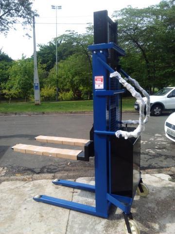 Empilhadeira manual com elevação elétrica - diversos