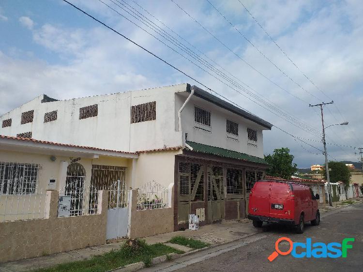Casa -Quinta en la urbanización las Quintas de Naguanagua 510 mts2 construc 1