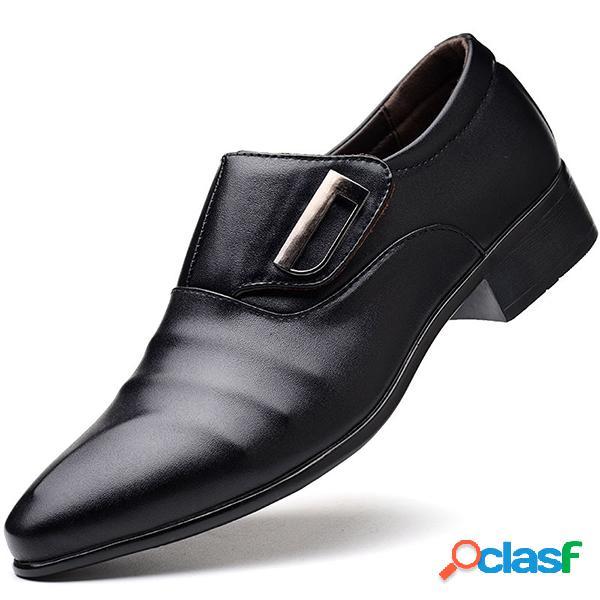 Sapatos masculinos de grande tamanho e bico apontado sapatos sociais com fivela metal
