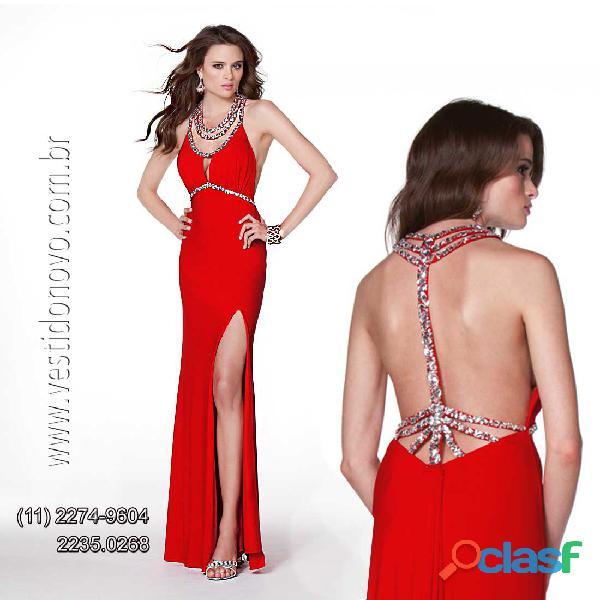Vestido de formatura vermelho com fenda frontal e decote