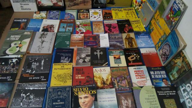 Lote com 200 livros usados diversos; literatura, arte,....