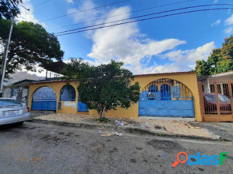 Amplia casa en venta en la urbanización la esmeralda de 273 mts2