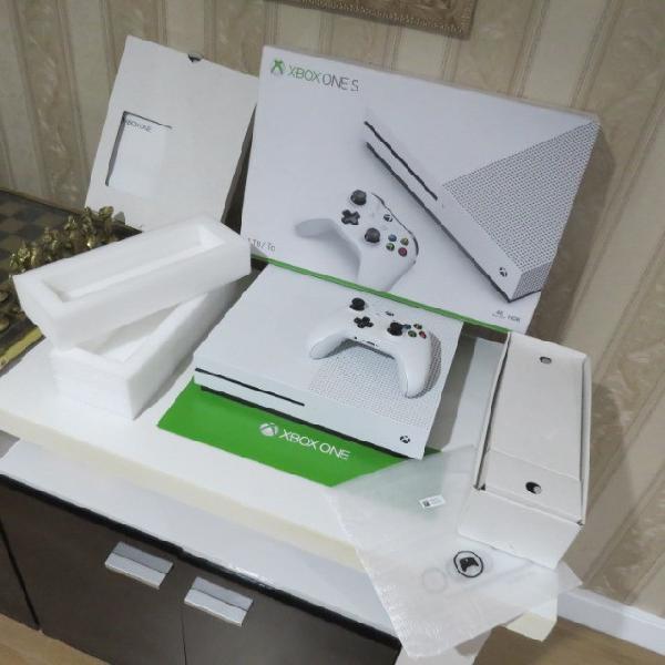 Xbox one 1tb c/caixa e controle c/borrachinhas intactas