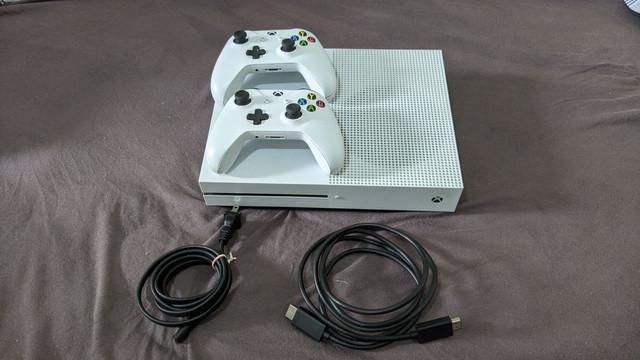 Xbox one s pouco usado e funcionando perfeitamente com 2