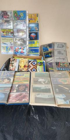 Coleção de cartões telefônicos com aproximadamente 450