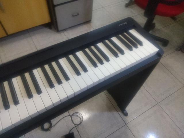 Piano digital Roland FP 10. Ainda na garantia, completo com
