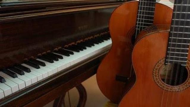 Aulas de canto com técnica vocal, violão popular e