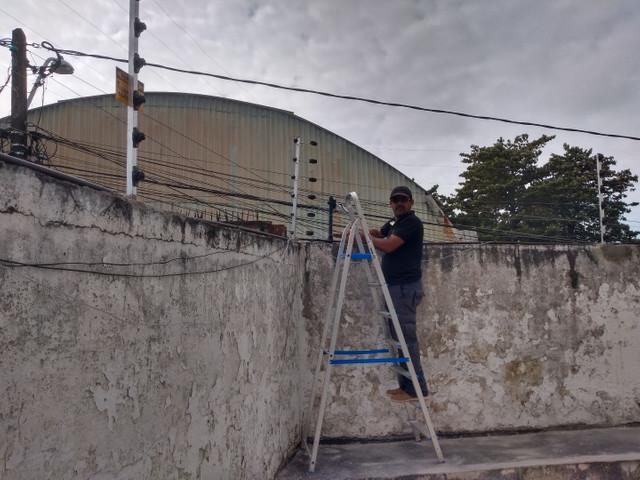 Instalação de cerca elétrica.