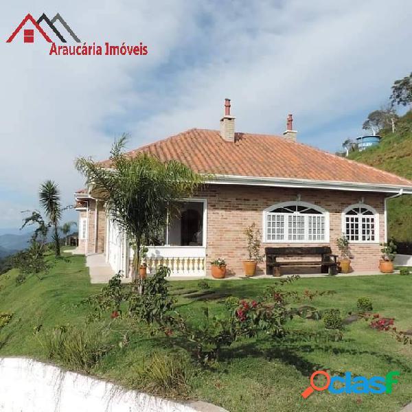 Linda residência, com vista panorâmica em meio as montanhas.