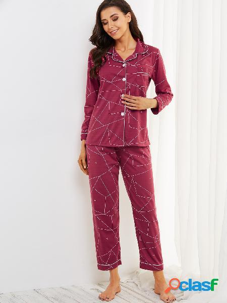 Conjunto de pijama de mangas compridas com botões na frente do bolso e padrões geométricos da borgonha