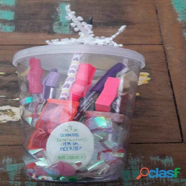 Kit escolar com copo e diversos produtos