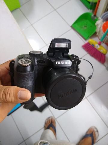 Uma filmadora fujifilm e um gravador sony